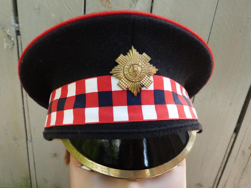 Les casquettes des Guards britanniques P1150513