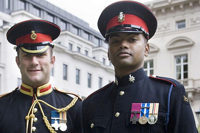 Les casquettes des Guards britanniques Vc_her10