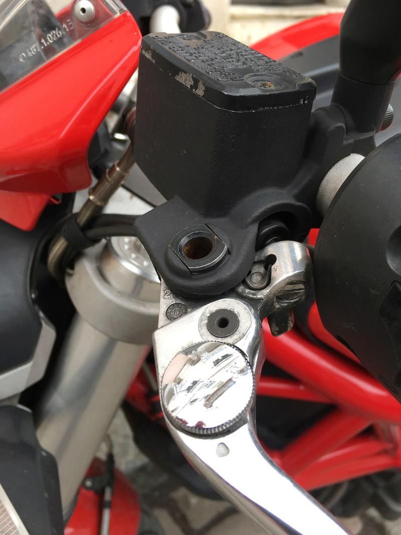 Question de débutant sur les leviers d'embrayage et frein Img_2012
