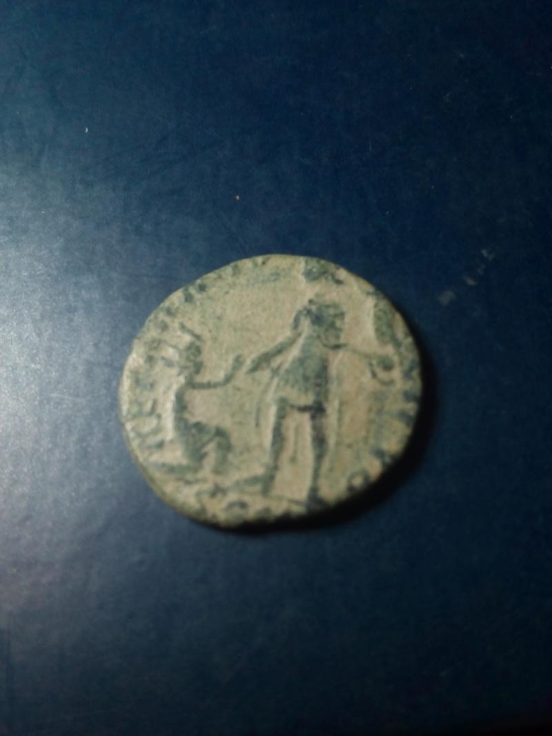 AE2 de Magno Máximo. REPARATIO – REIPVB. Emperador estante de frente dando la mano a mujer arrodillada. Ceca Arles. Img_2109