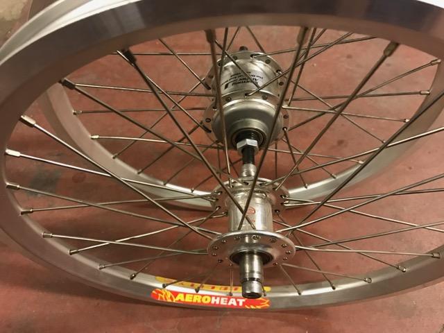[VENDU] Paire de roue custom Brompton / Phil Wood + SA BWR 6v + Velocity AeroHeat  Img_0910