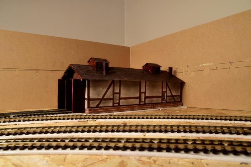 Remise locos (fait maison) salie par le noir de fumées . Dsc_0610