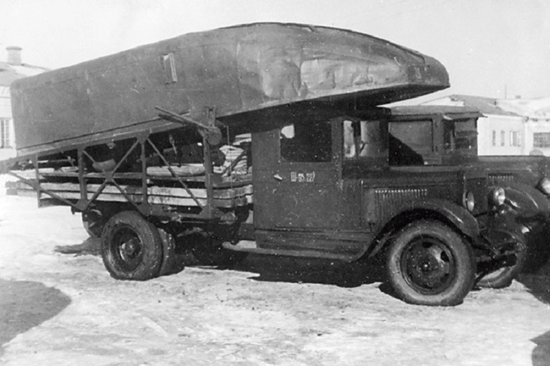 Специальный грузовик на базе ЗИС 5 для перевозки понтонов E8oitc11