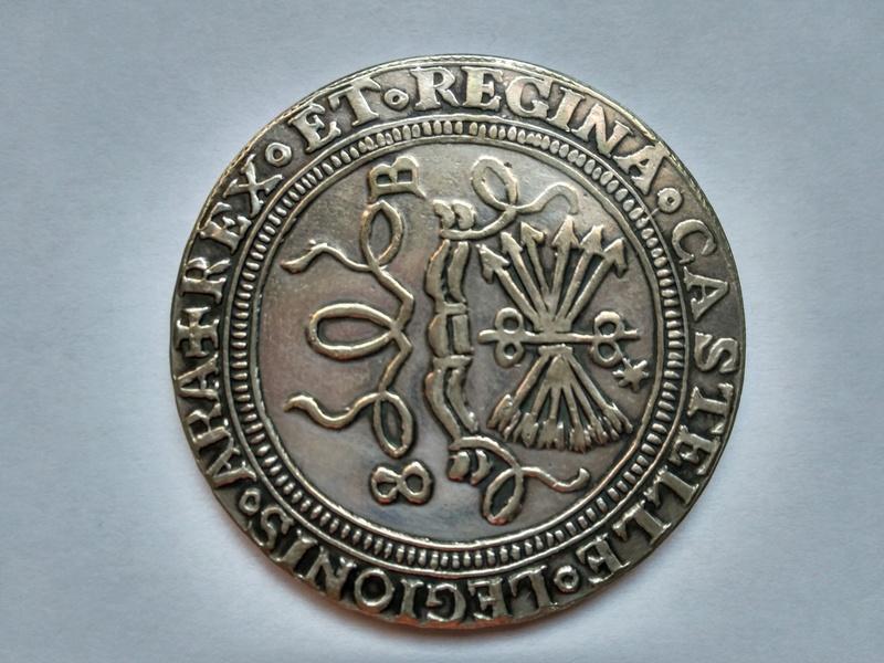 moneda de 8 Reyes catolicos conmemorativa Carlos I ? Img_2011