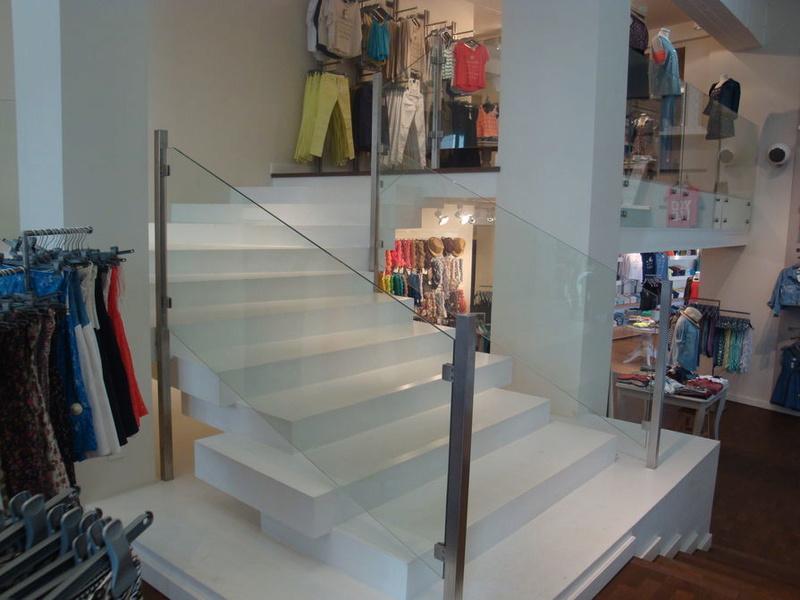 Aménagement lumineux pour boutique de vêtement  Vitrie10