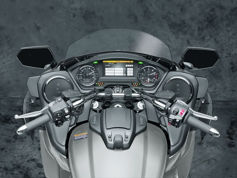 Le retour de la Yamaha Venture 1'800cc pour 2018 - La Honda Goldwing en ligne de mire 18_ven10