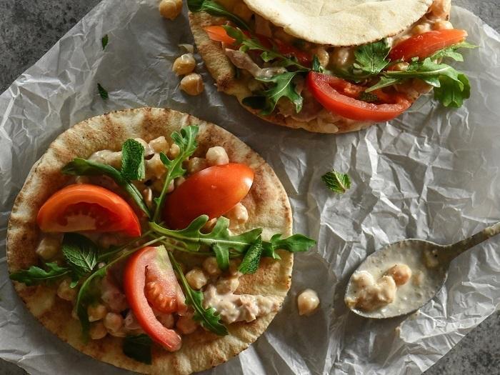 اكلة التونة بالخبز العربي والحمص  2611