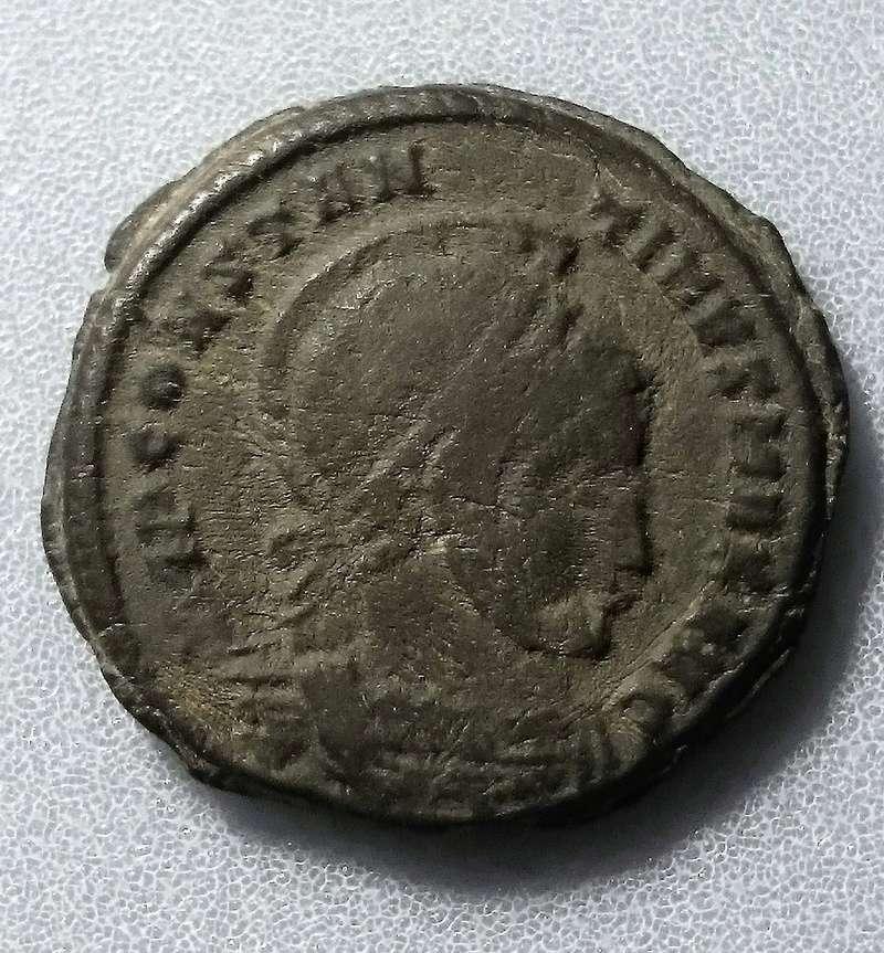 AE3 de Constantino I. VICTORIAE LAETAE PRINC PERP. Ticino Anvers10