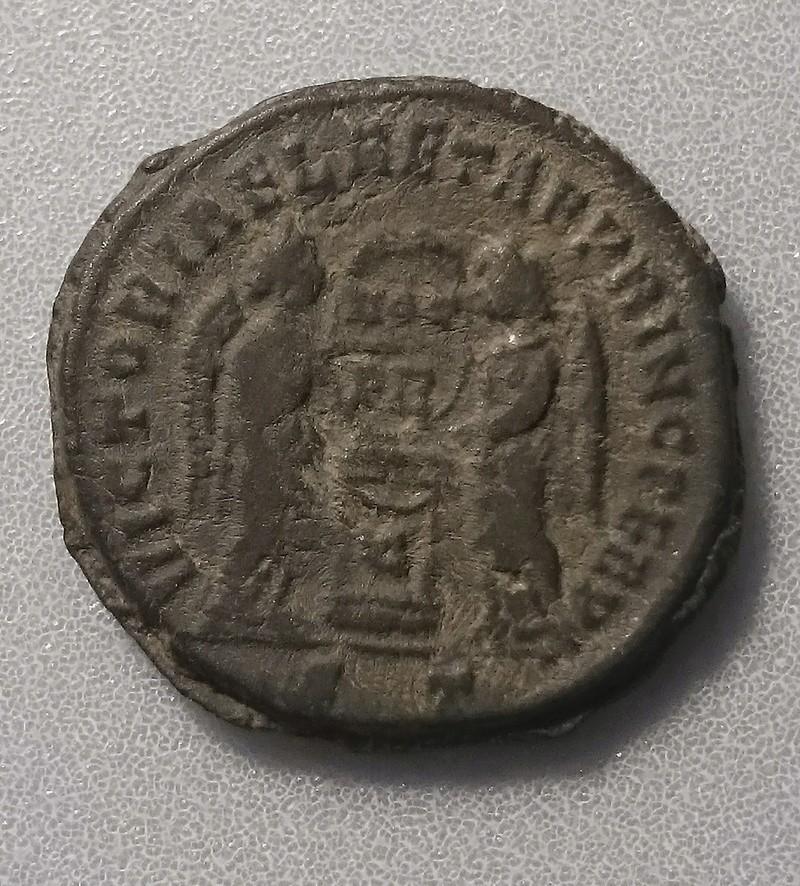 AE3 de Constantino I. VICTORIAE LAETAE PRINC PERP. Ticino Revers10