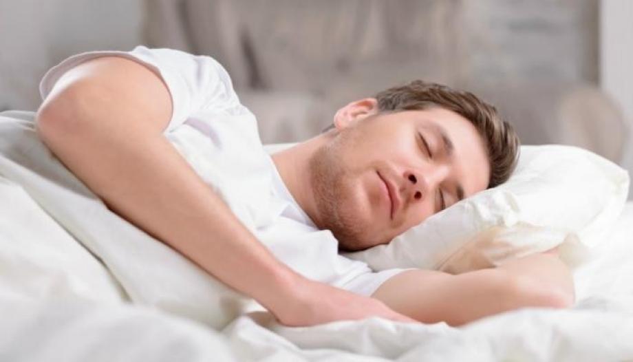 الاطعمة و المشروبات التي تساعدنا على النوم Qlrrn10