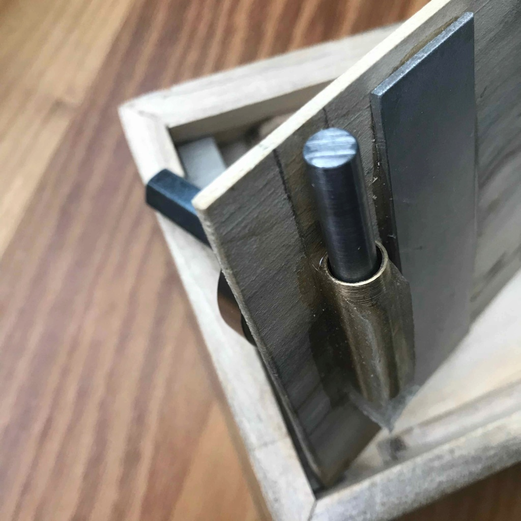 Ouvrir une boîte en bois sans aucune poignée et sans aucune prise Img_6610