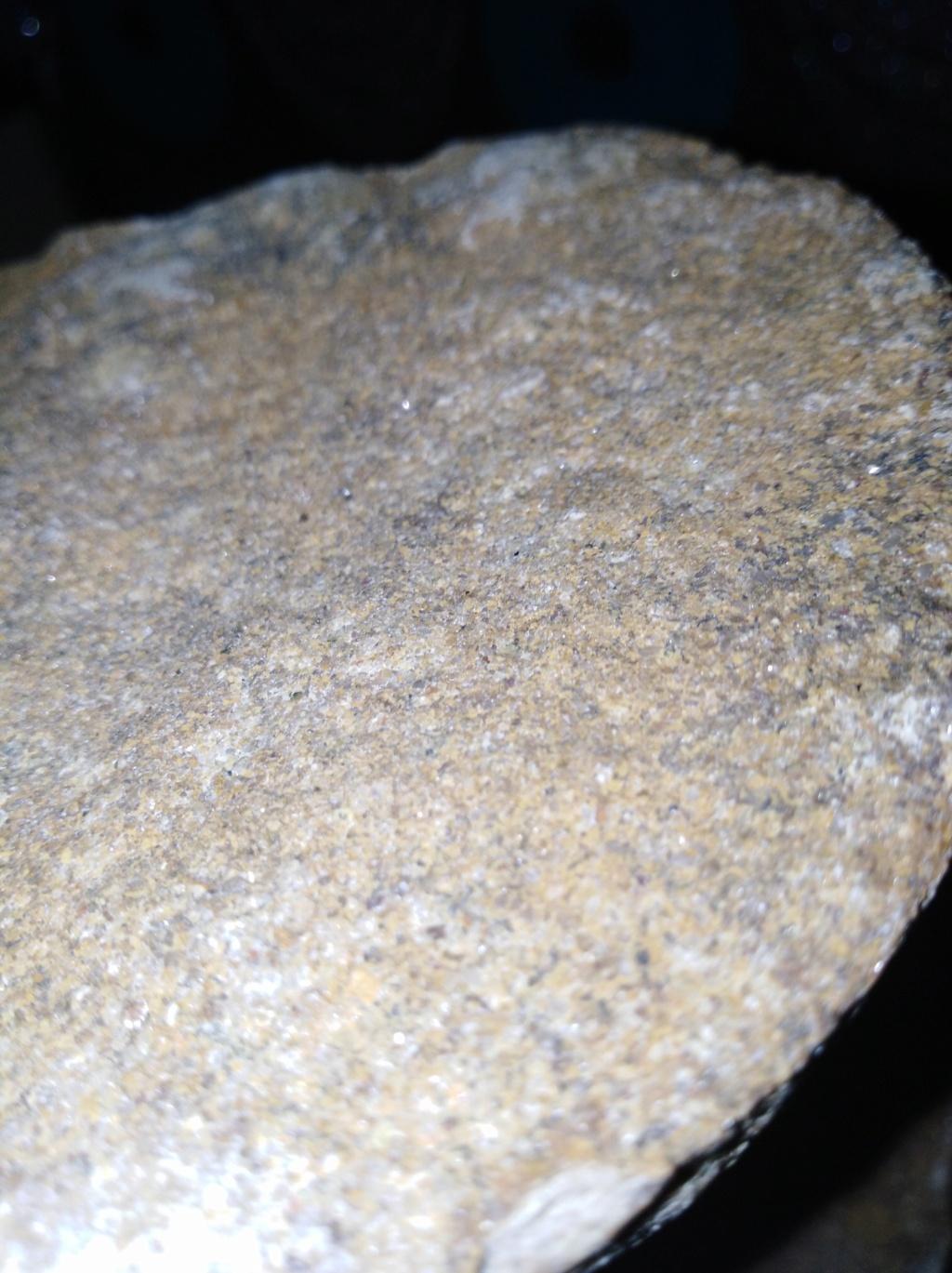 حجر غريب يلمع 15985715