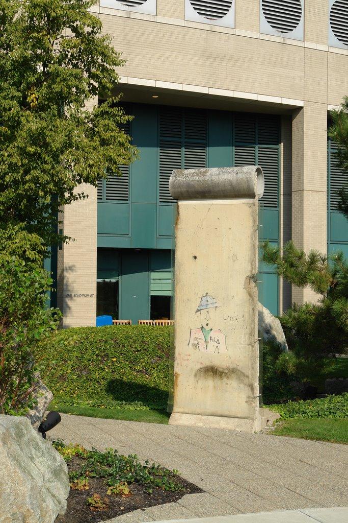 25ème anniversaire de la chute du Mur de Berlin : pans du Mur de Berlin disséminés sur la planète 81622010