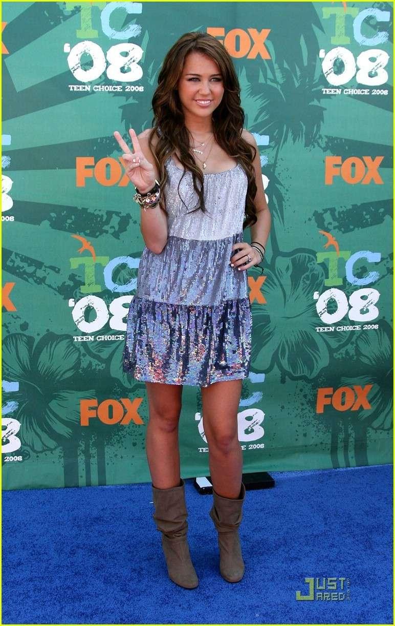 Unas fotos de los jonas, miley ,demi y selenaa juntas en la alfombra azul y en los premios de los TCA08!! Miley_11