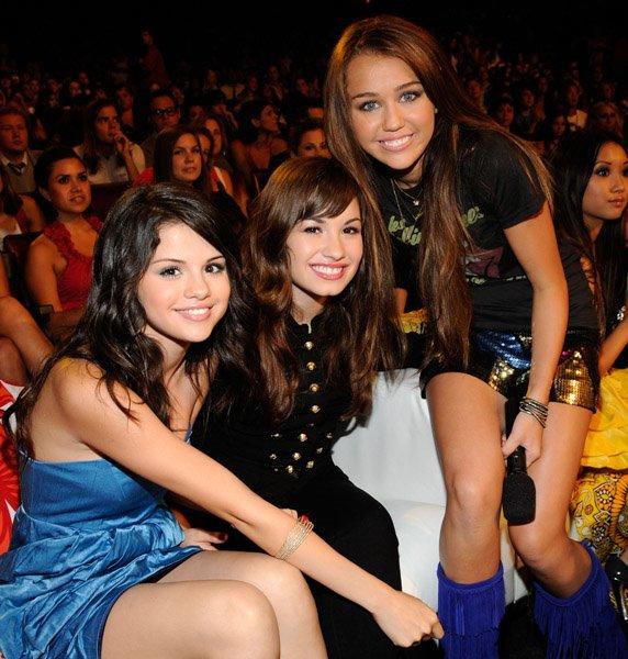 Unas fotos de los jonas, miley ,demi y selenaa juntas en la alfombra azul y en los premios de los TCA08!! Selena12