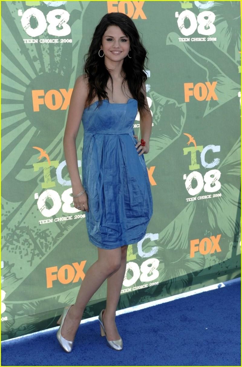 Unas fotos de los jonas, miley ,demi y selenaa juntas en la alfombra azul y en los premios de los TCA08!! Selena13
