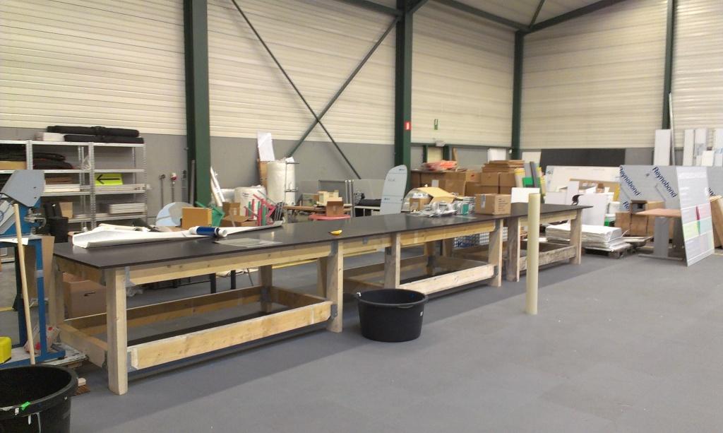 Table lourde d'atelier. Imag1510