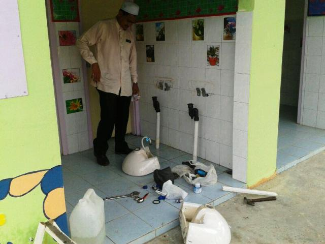 Utz Haziq membaiki sinki air di tandas -7nov2014 Photo108