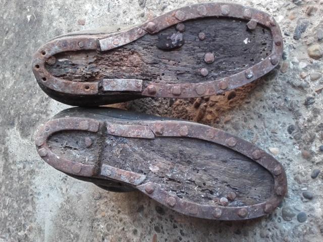Une paire de chaussures anciennes; galoches en cuir 20200326