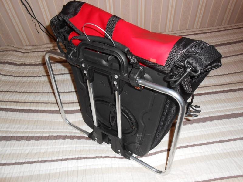 Porte-bagages de selle et utilisation de sacoches Front Vaude Aqualine 03710