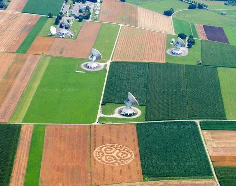La plus grande station satellite d'Europe n'a pas vu qui a dessiné la figure géométrique au pied de ses antennes  Untitl30