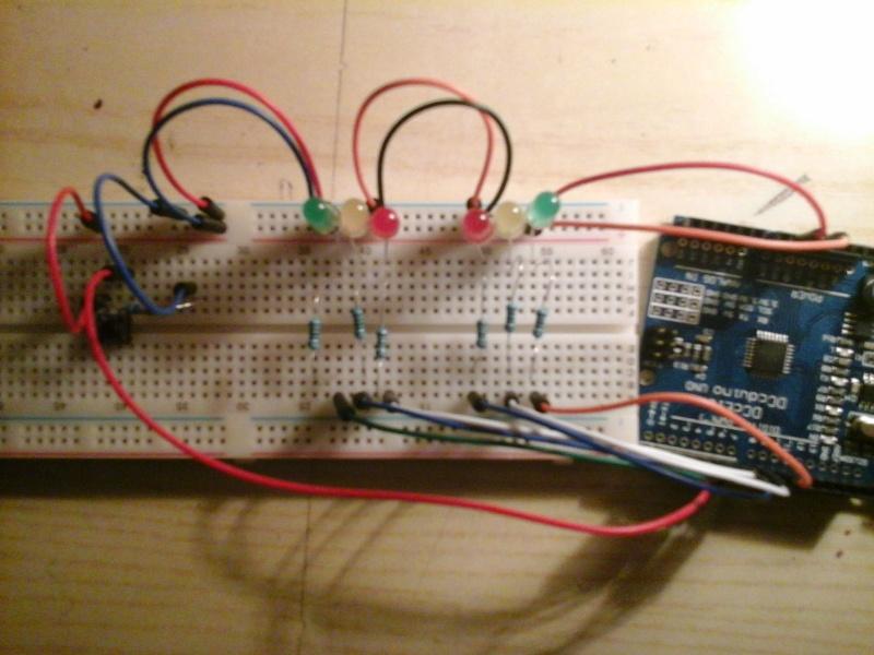 Come creare due semafori azionati da un pulsante (circuito e codice) con Arduino 20141110