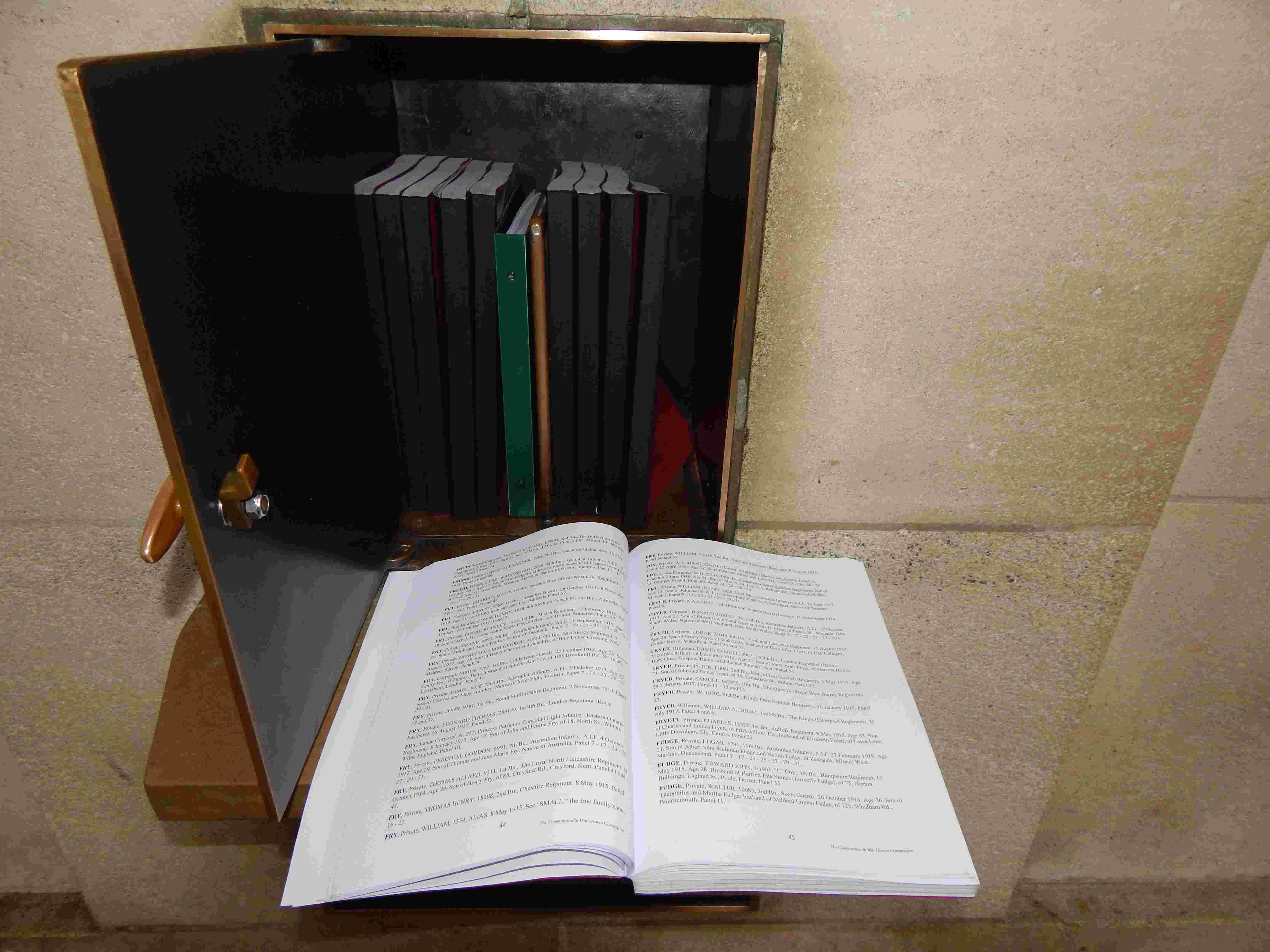 A la découverte des mémoriaux et cimetières militaires - Page 5 Dscn9210