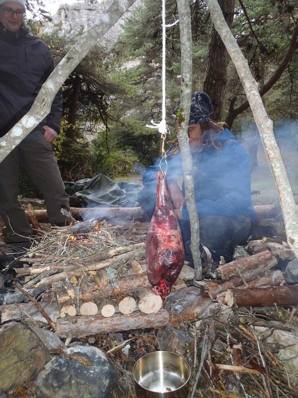 Cuisine d'un jambon de sanglier au fond des bois Pb152613