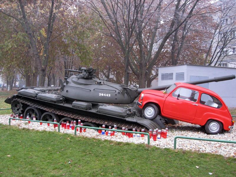 La petite Fiat rouge écrase un tank - Osijek - Croatie 62512510