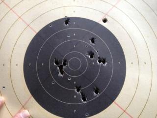 Voici un beau carton au pistolet poudre noire à 50 m. Img_0914
