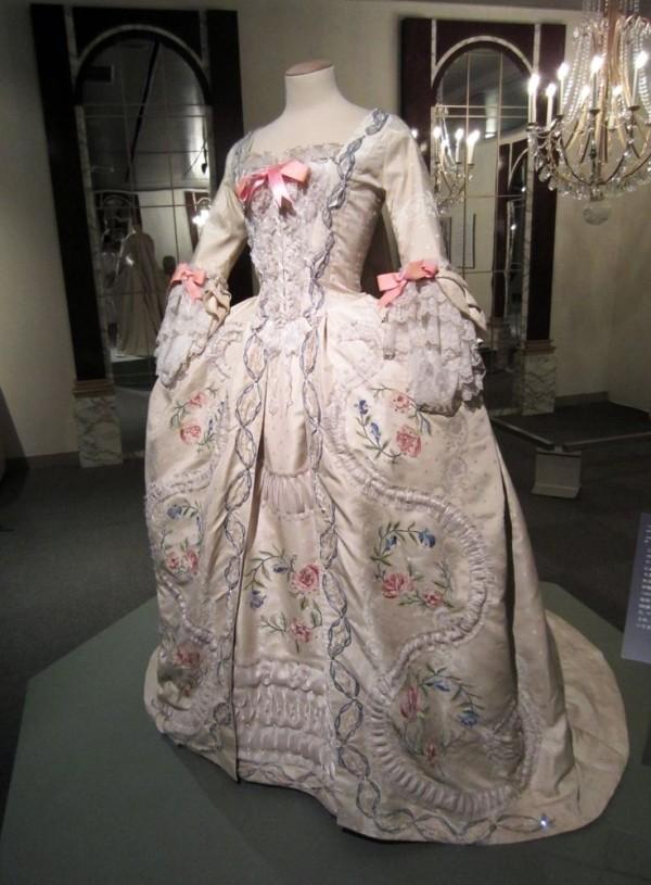 Les robes portées par les Marie Antoinette de nos écrans 7d019710