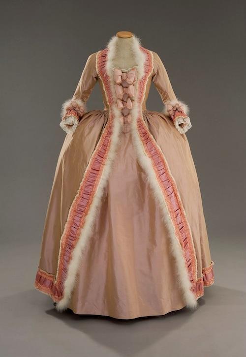 Les robes portées par les Marie Antoinette de nos écrans Mariea10