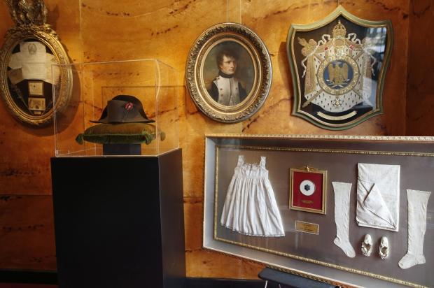 Vente exceptionnelle de reliques de Napoléon à Fontainebleau Rtr4bh10