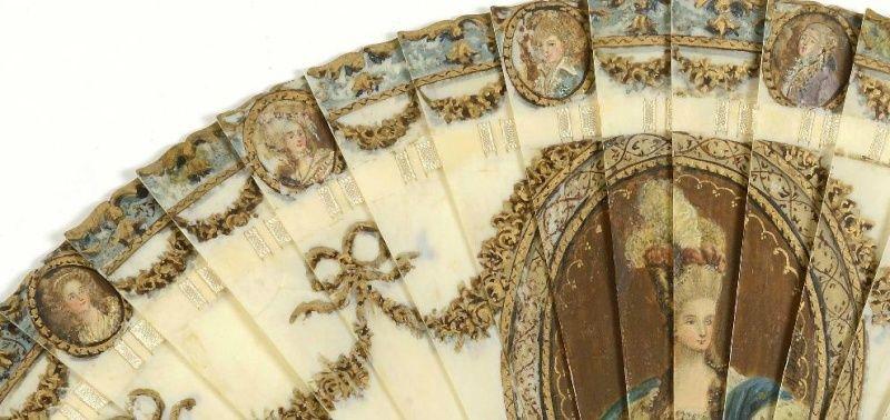 A vendre: un éventail Marie-Antoinette avec portraits de la famille royale et armes de France Zdet110