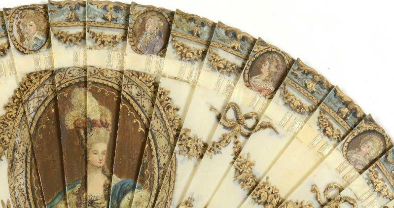 A vendre: un éventail Marie-Antoinette avec portraits de la famille royale et armes de France Zdet210