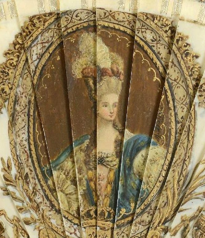 A vendre: un éventail Marie-Antoinette avec portraits de la famille royale et armes de France Zdet310