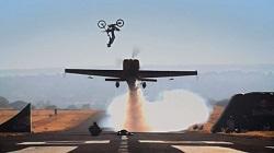 @VendrediEtMoi #VendrediEtMoi #CommunityManager : Un #backflip au-dessus d'un #avion  Un-bac10