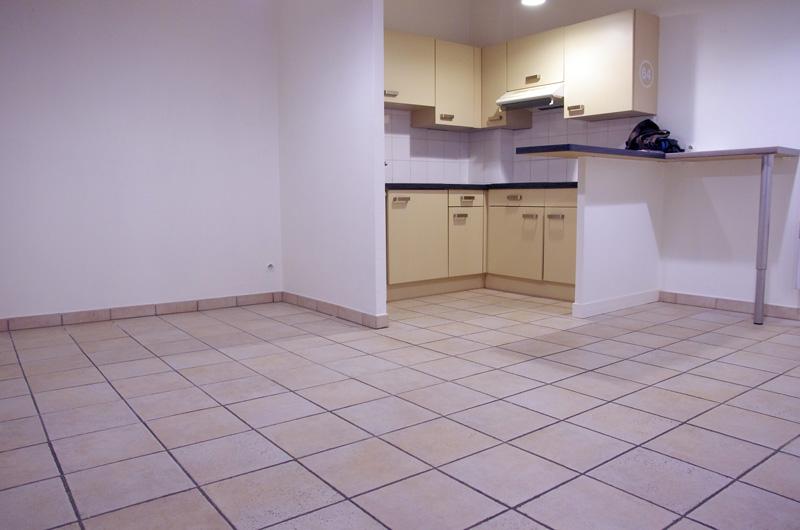 Petit salon en longueur sur cuisine ouverte Salon310