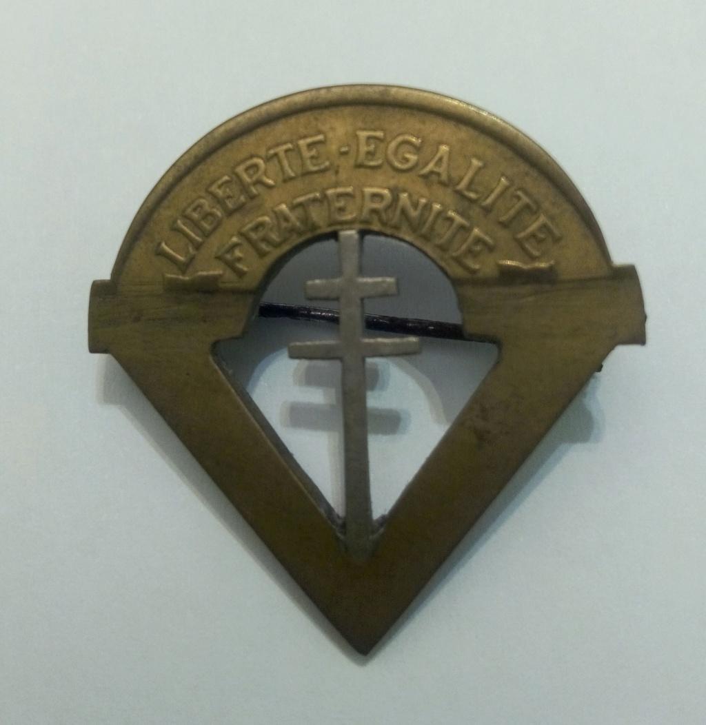 Insigne artisanal à partir d'une pièce de monnaie (résistant ??) Img_2036