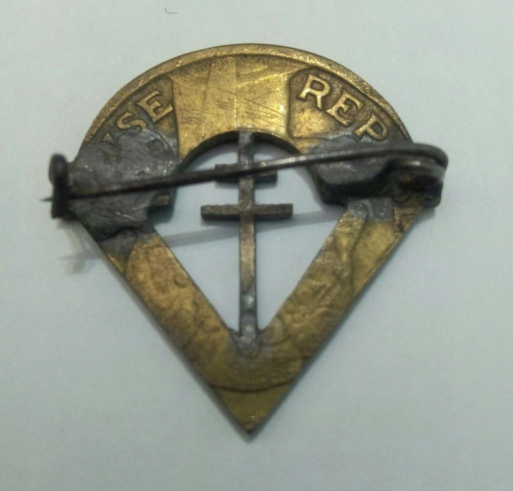 Insigne artisanal à partir d'une pièce de monnaie (résistant ??) Img_2037
