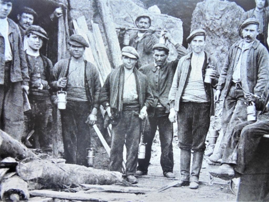 lampes de mineurs,  divers objets de mine, outils de mineur et documents  - Page 12 Dsc01433