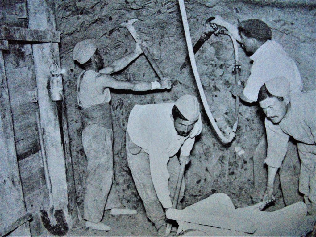 lampes de mineurs,  divers objets de mine, outils de mineur et documents  - Page 12 Dsc01434