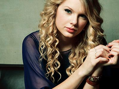 « He looks at me, I fake a smile so he won't see. »     end Taylor11