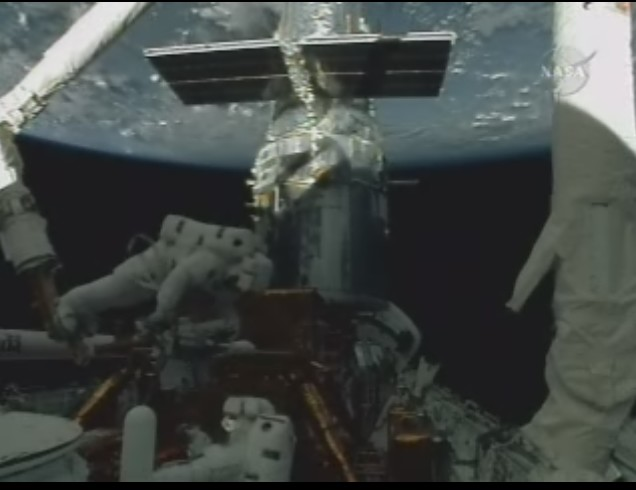 [STS-125] EVA - 3 - Page 2 Eva_310