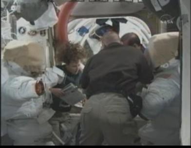 [STS-131 / ISS19A] Discovery : déroulement de la mission - Page 12 Sans_t40