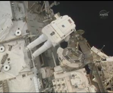 [STS-131] Discovery : EVA 3 Anderson & Mastracchio Sans_t56