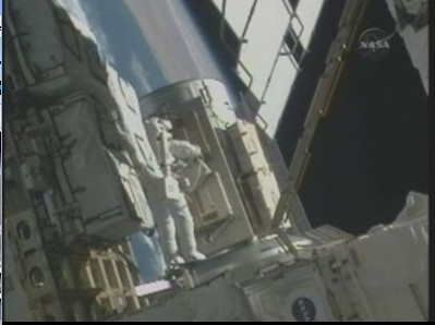 [STS-131] Discovery : EVA 3 Anderson & Mastracchio Sans_t60