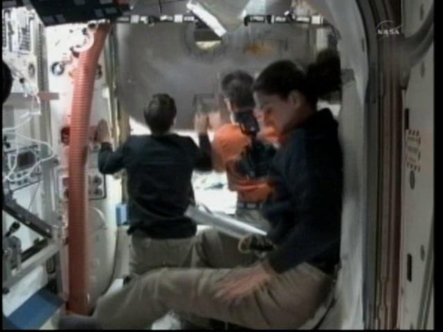 [STS-133] Discovery: Déroulement de la mission. - Page 7 Vlcsn118