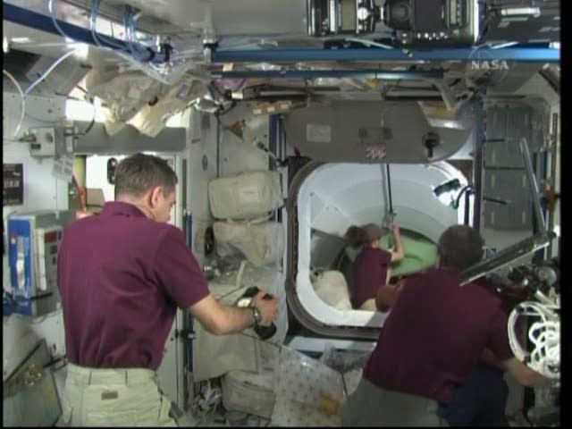 [STS-131 / ISS19A] Discovery : déroulement de la mission - Page 19 Vlcsna27