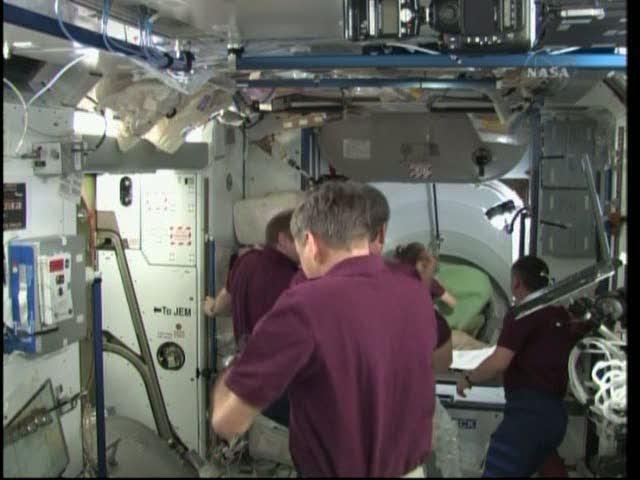 [STS-131 / ISS19A] Discovery : déroulement de la mission - Page 19 Vlcsna28